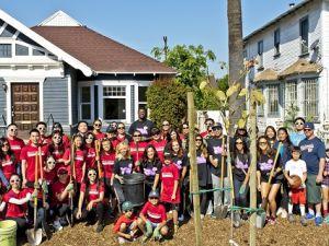華美銀行與洛杉磯湖人隊攜手植樹